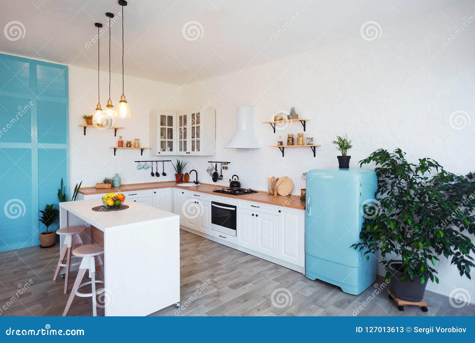 Modern Keukenbinnenland met Eiland, Gootsteen, Kabinetten, en Groot Venster in Nieuw Luxehuis