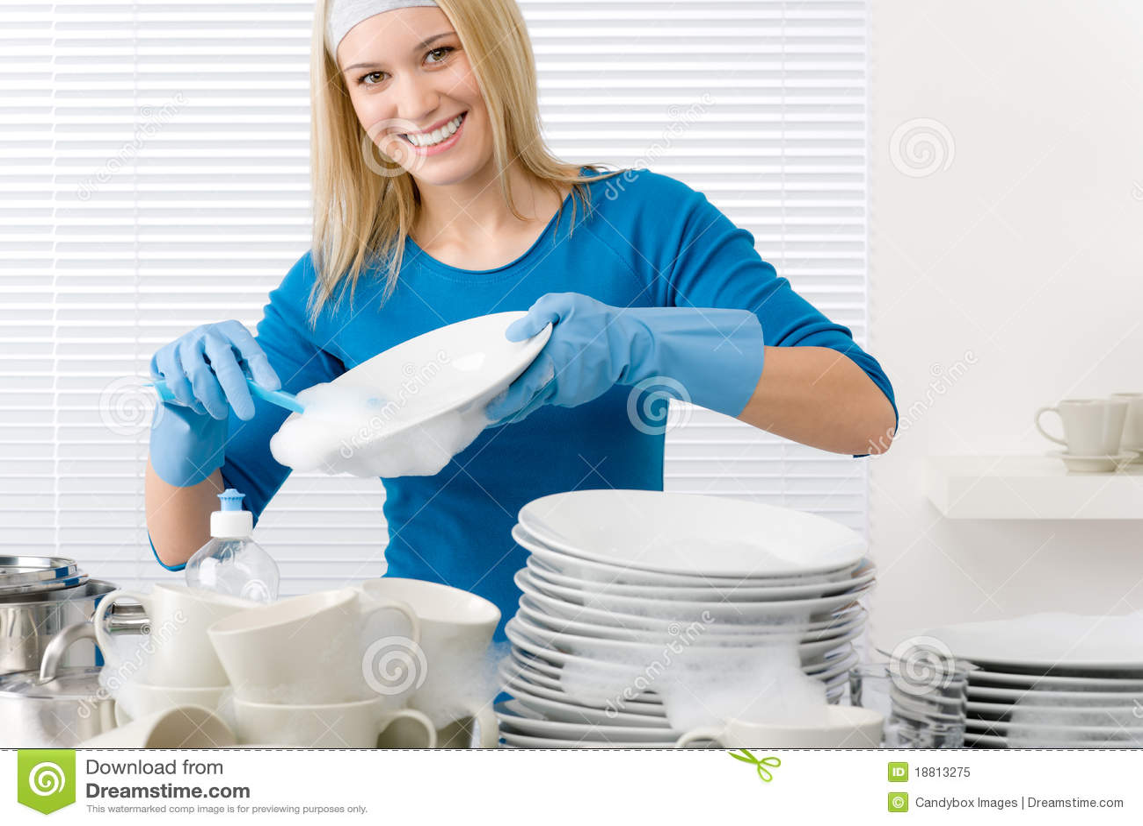 Девушки моют посуду фото