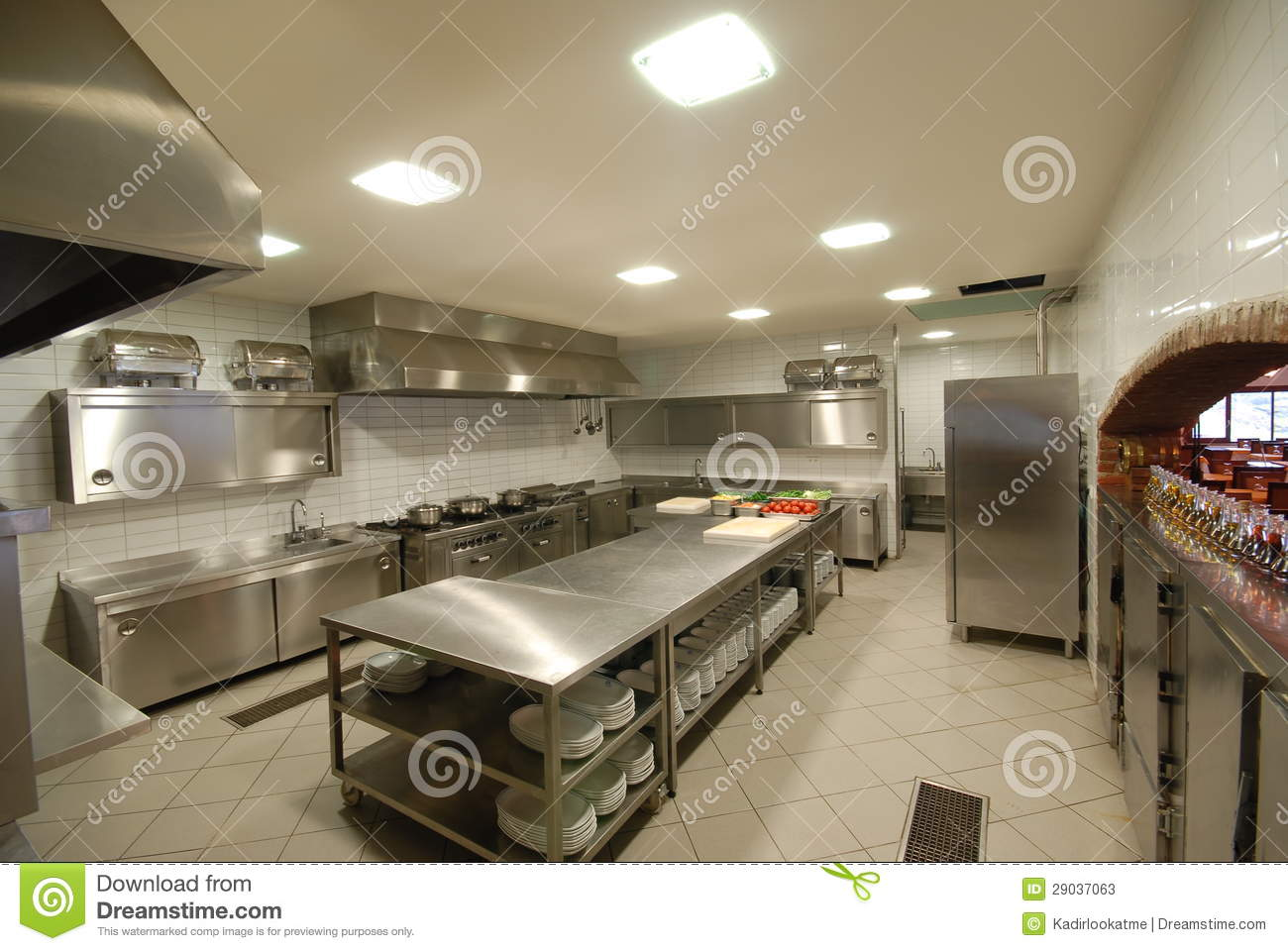 Modern kitchen in restaurant stock photos image 29037063 for Cuisine moderne