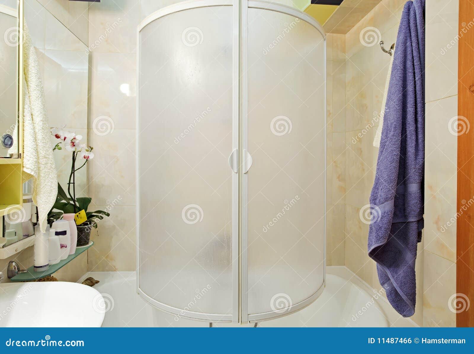 Modern klein douche bad met blauwe handdoek stock foto