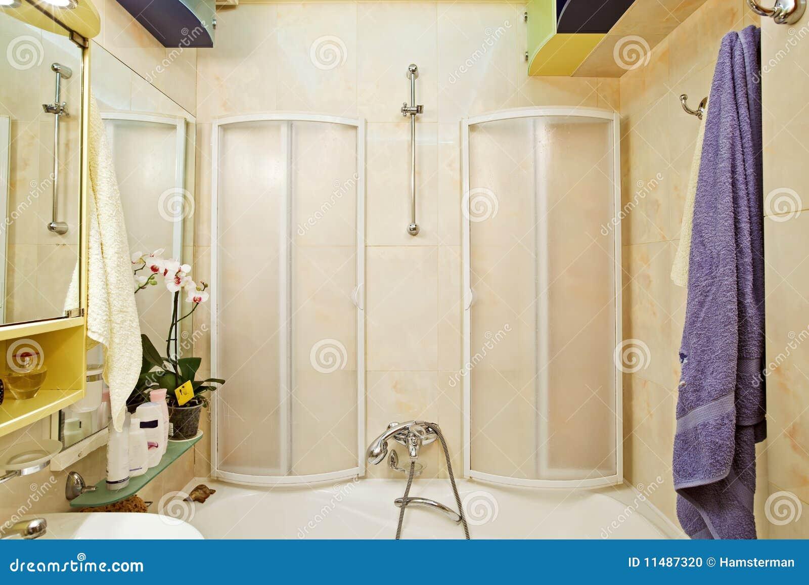 Nis boven het bad praktisch decoratief badkamer fotospecial