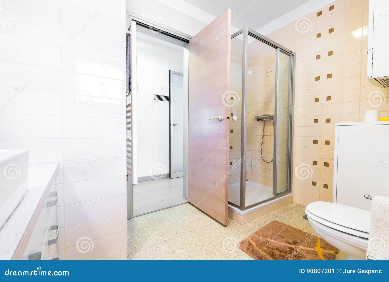 Modern klein hotelbad met douche gootsteen en toilet stock