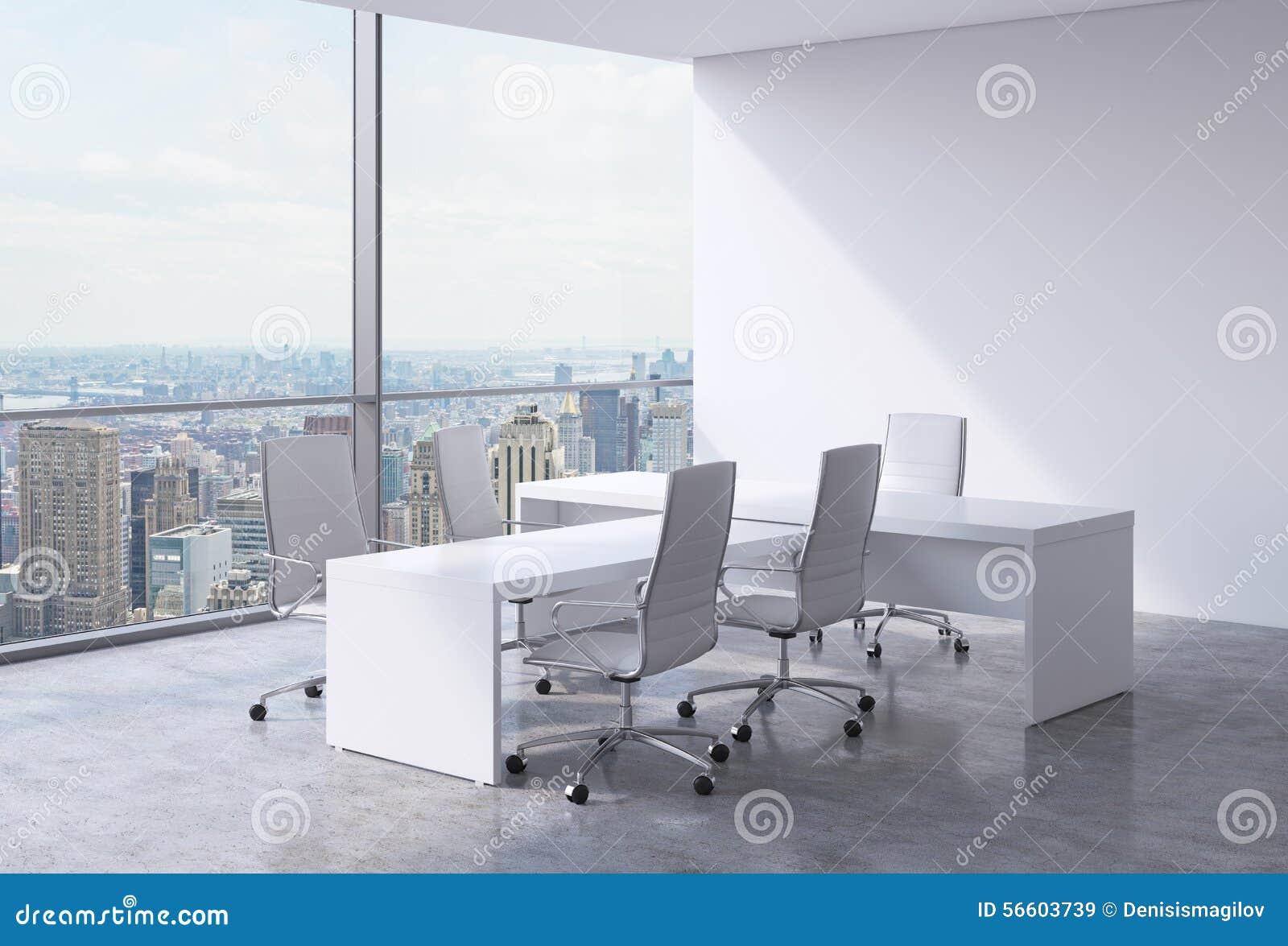 Modern kontorsinre med enorma fönster och den New York panoramautsikten Ett begrepp av vdarbetsplatsen