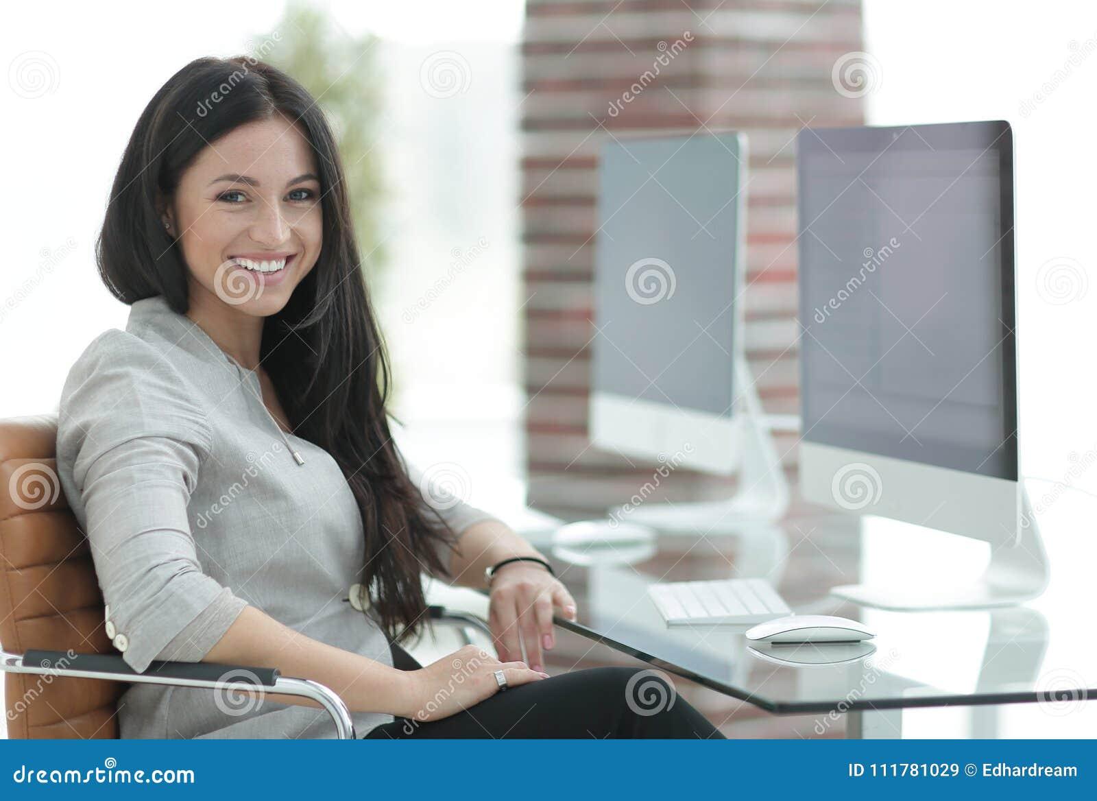 Modern kontorskvinna för affär