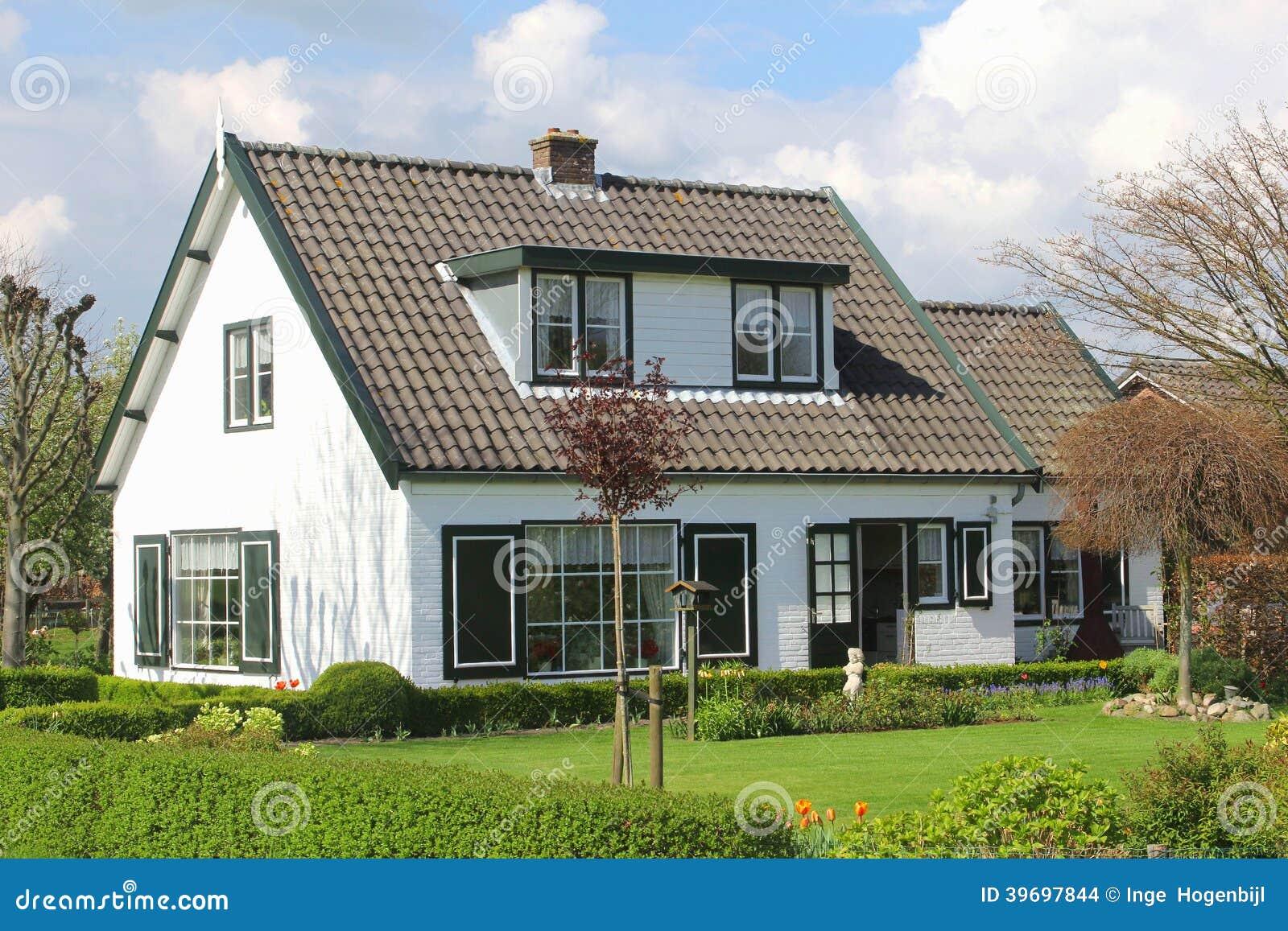 modern landelijk huis met tuin in holland stock foto