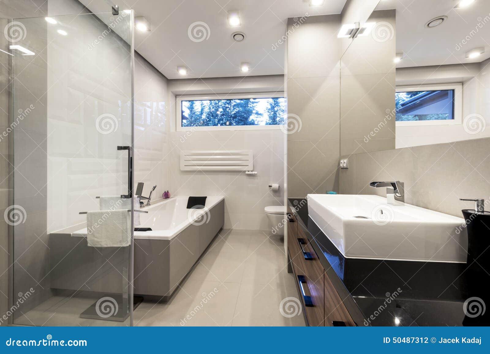 Bathroom with bath tub white wraparound curtain royalty for Badezimmer modern