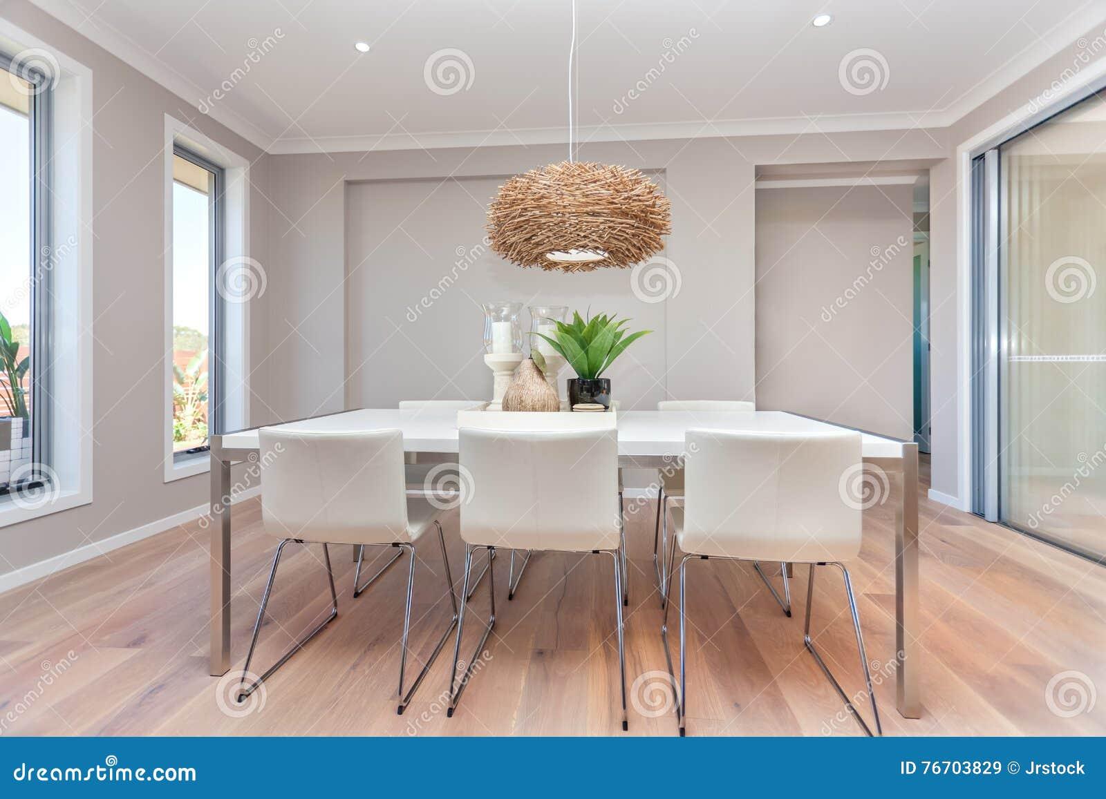 Modern matsaldesign med tabellaktivering och naturlig decorati