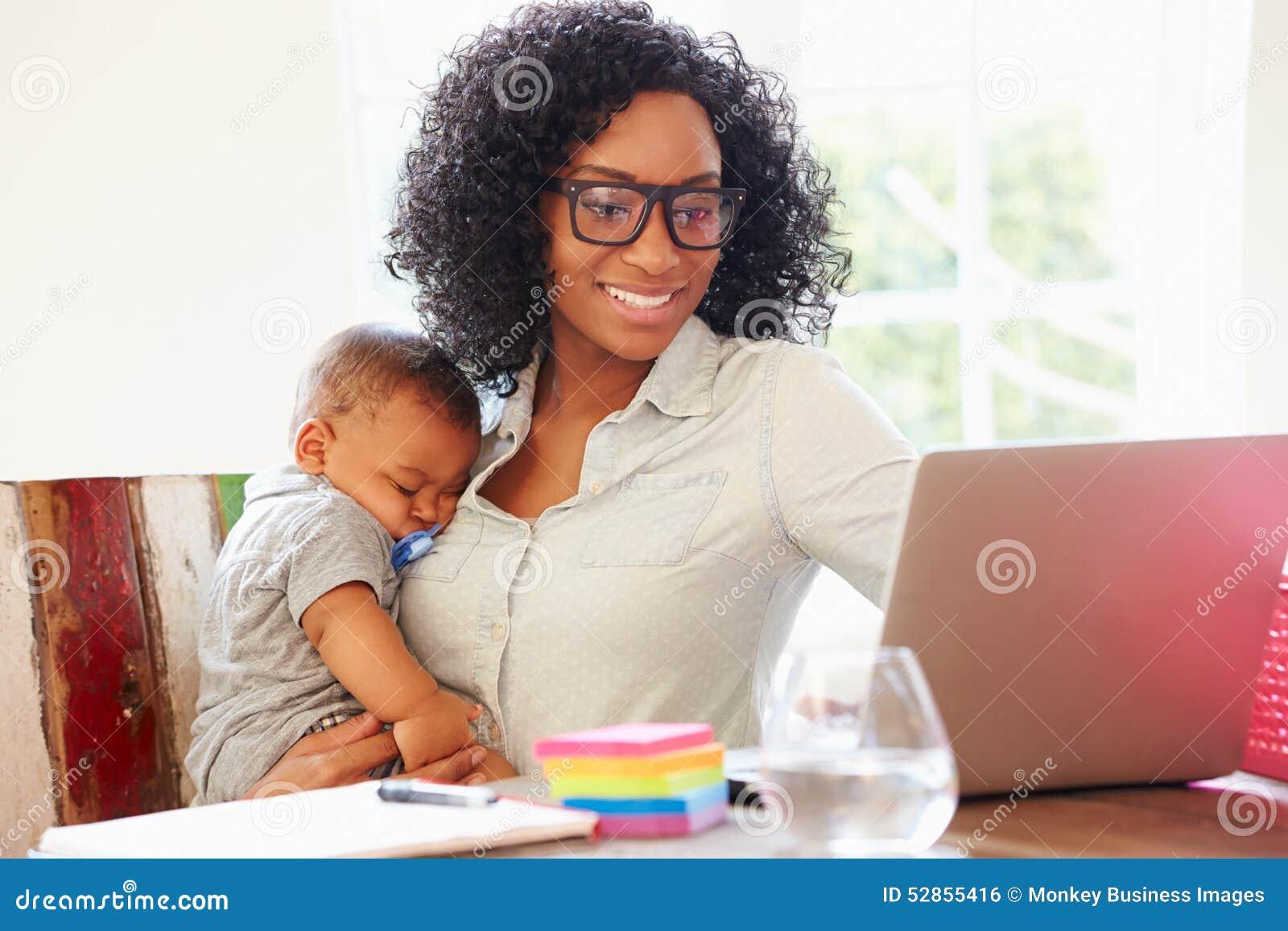 Modern med behandla som ett barn arbete i regeringsställning hemma