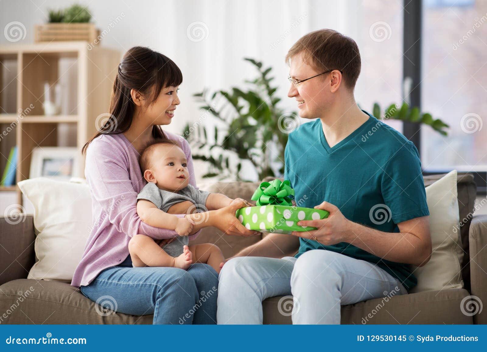 Modern med behandla som ett barn ge födelsedaggåva till fadern