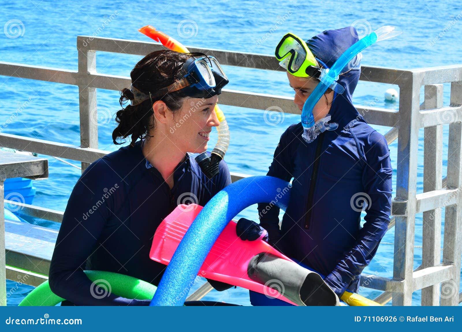 Modern och dottern förbereder sig till att snorkla dyk