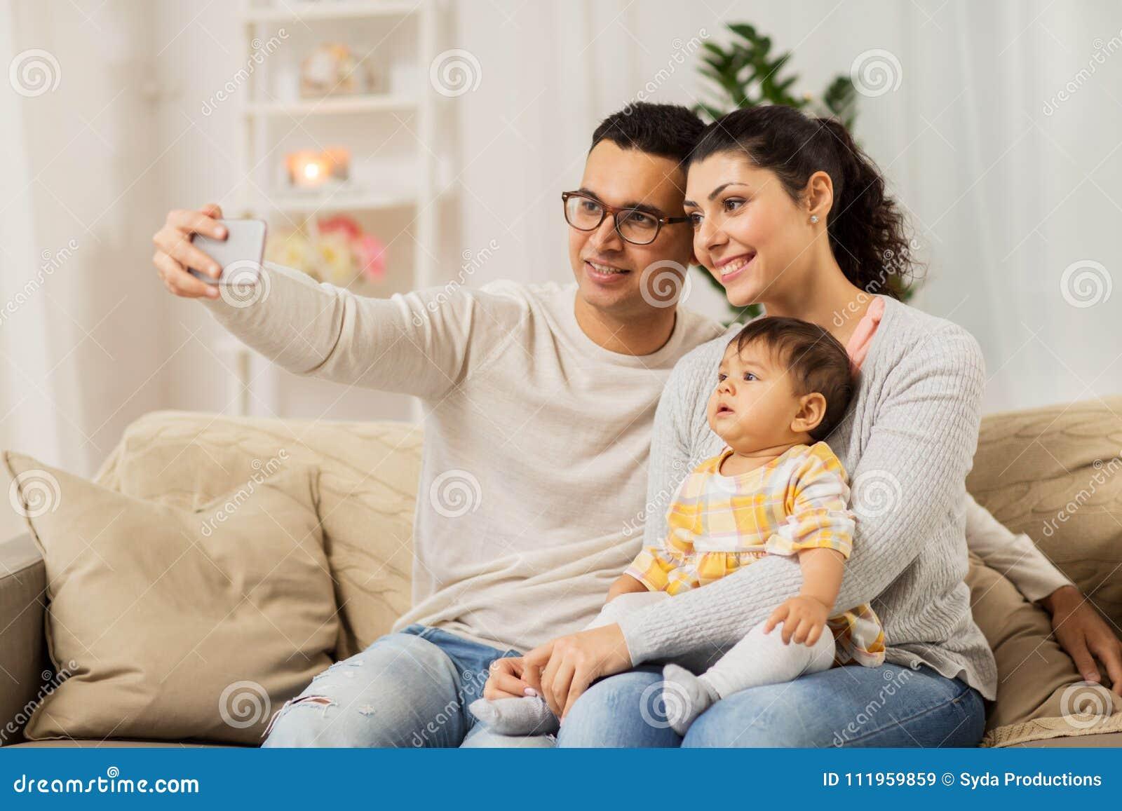 Modern och fadern med behandla som ett barn ta selfie hemma
