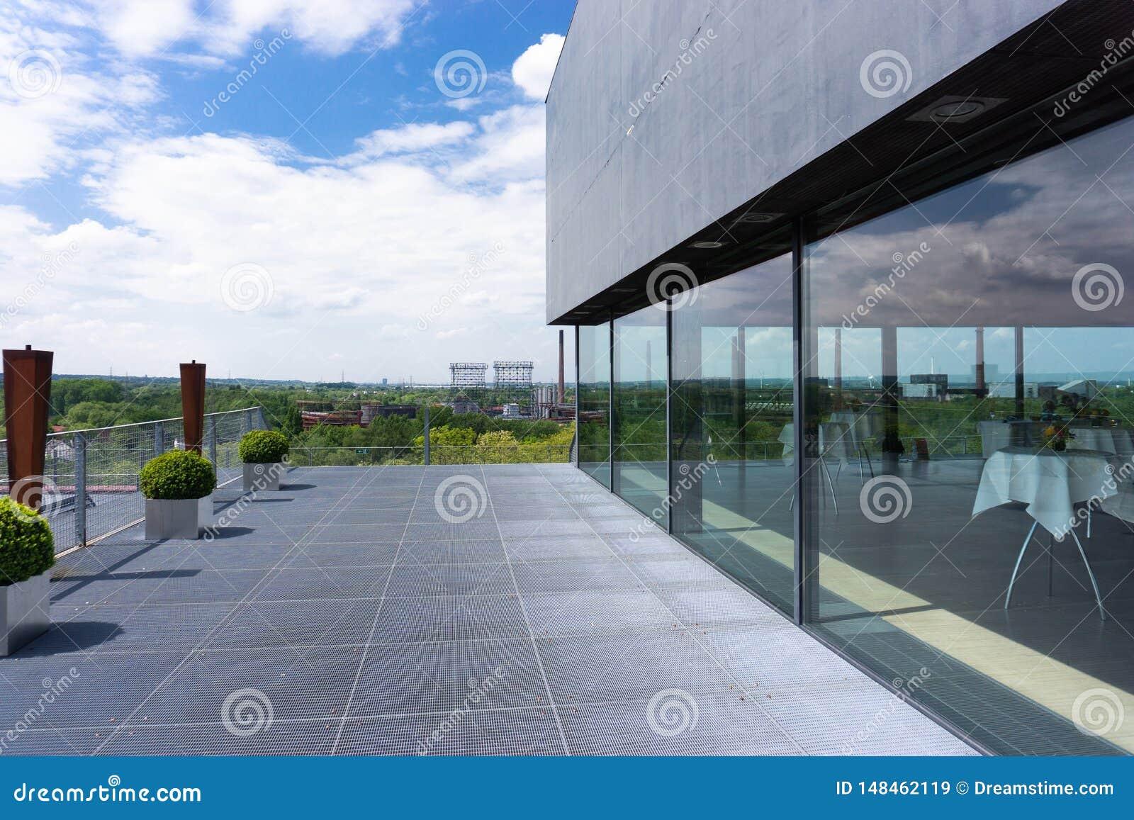 Modern och hög takterrass med restaurangen i Tyskland