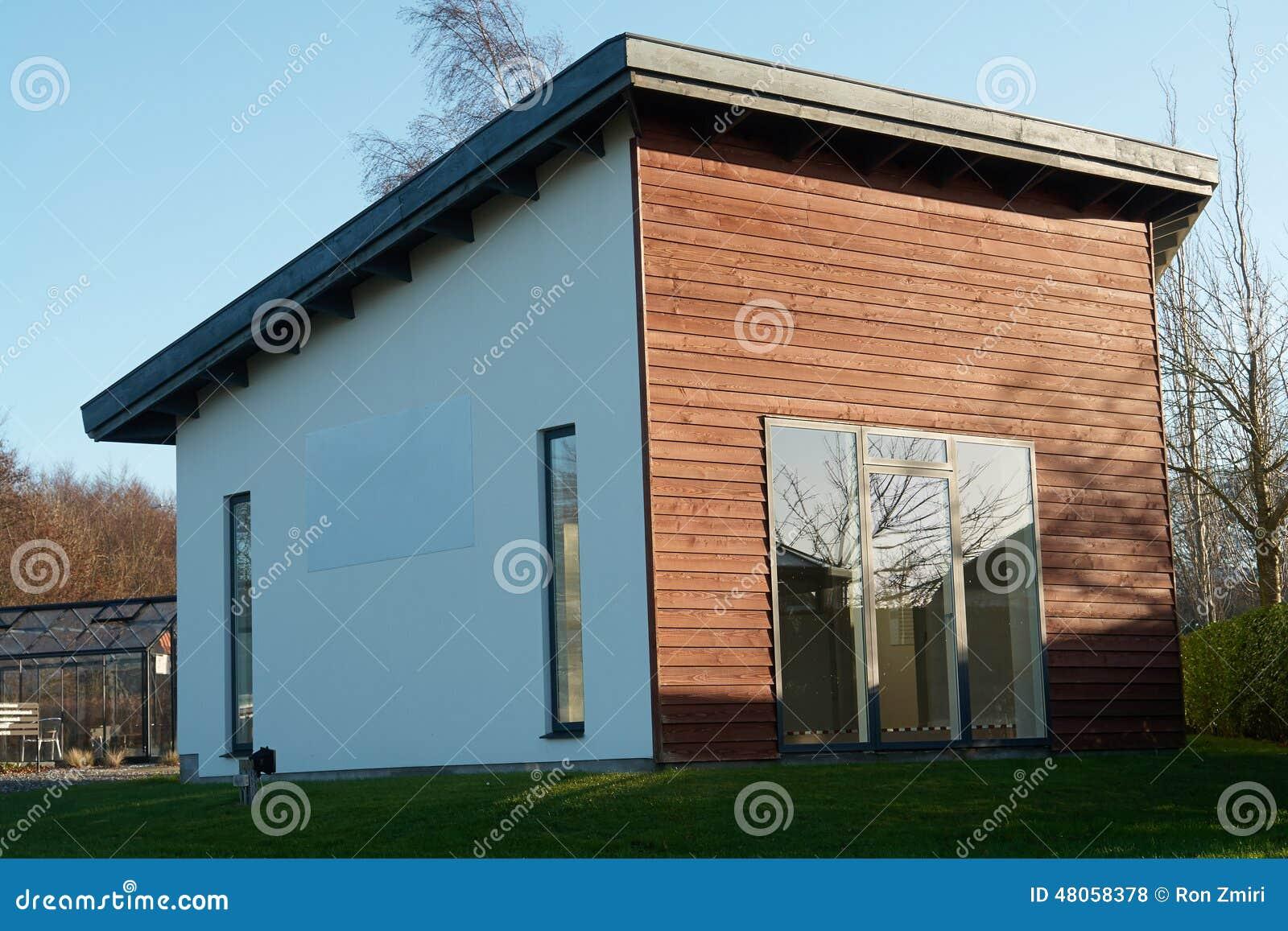 Modern ontwerp aantrekkelijk houten huis stock foto afbeelding