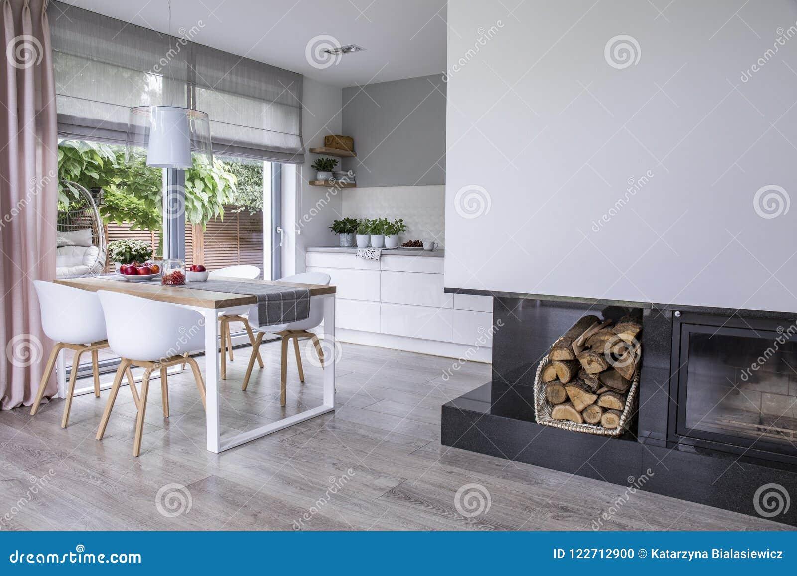 Modern open haard en hout in een ruim eetkamer binnenlands verstand