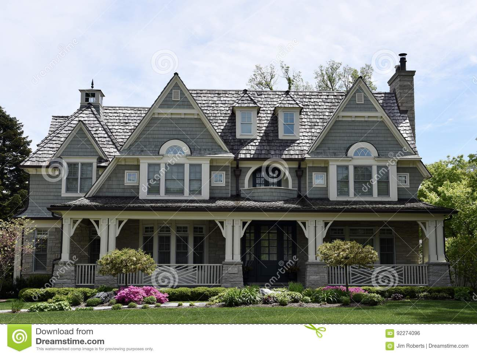 Modern oud huis redactionele foto. afbeelding bestaande uit elmhurst