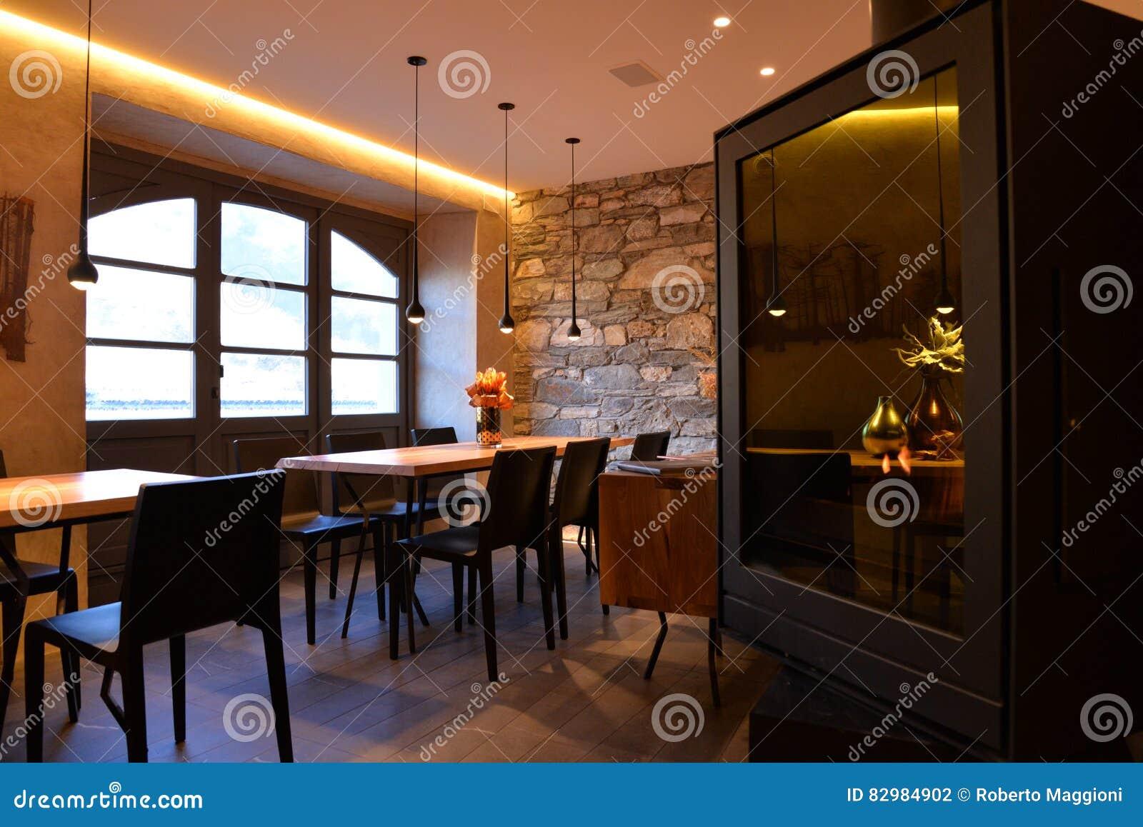 Modern restaurant binnenlands ontwerp modieuze eetkamer stock foto