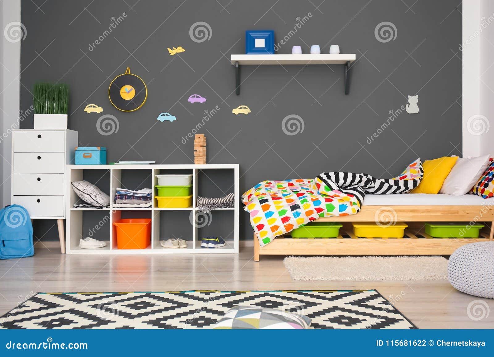 Modern ruminre med bekväm säng