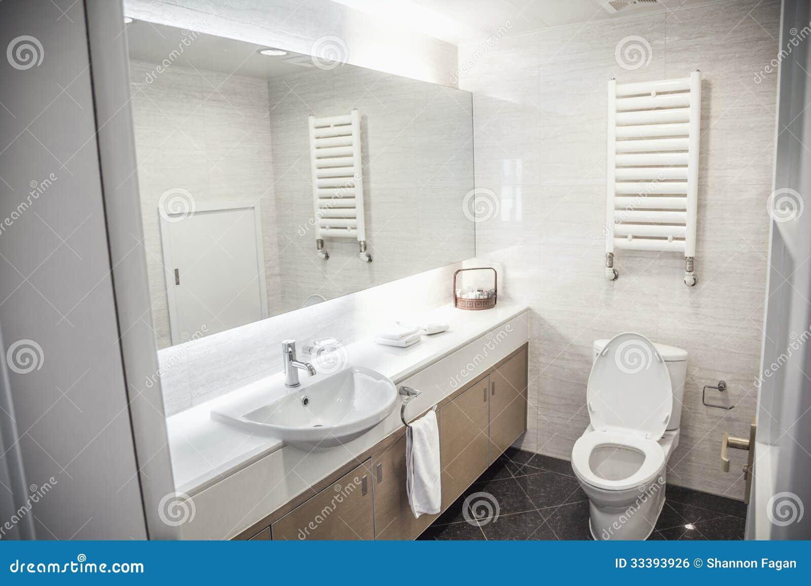 modern sauber badezimmer mit toilette und wanne lizenzfreies stockbild bild 33393926. Black Bedroom Furniture Sets. Home Design Ideas