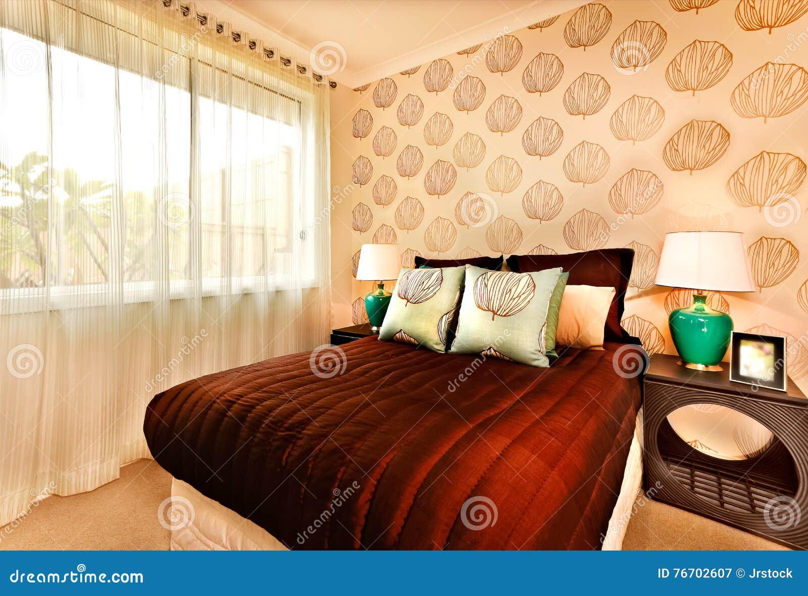 Modern sovruminregarnering med en utsmyckad tabell båda sidor