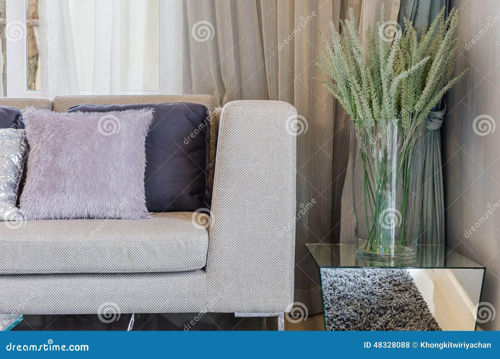 Modern stil för vardagsrum med växter i den glass vasen arkivfoto ...