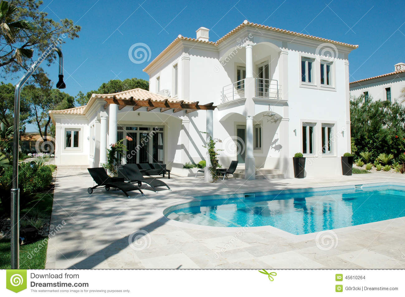 Modern Summer Mansion With Patio And Blue Pool Stock Photo
