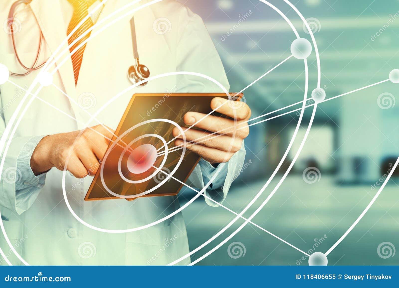 Modern teknologi i minnestavla för doktor Working With Digital för sjukvårdmedicinbegrepp