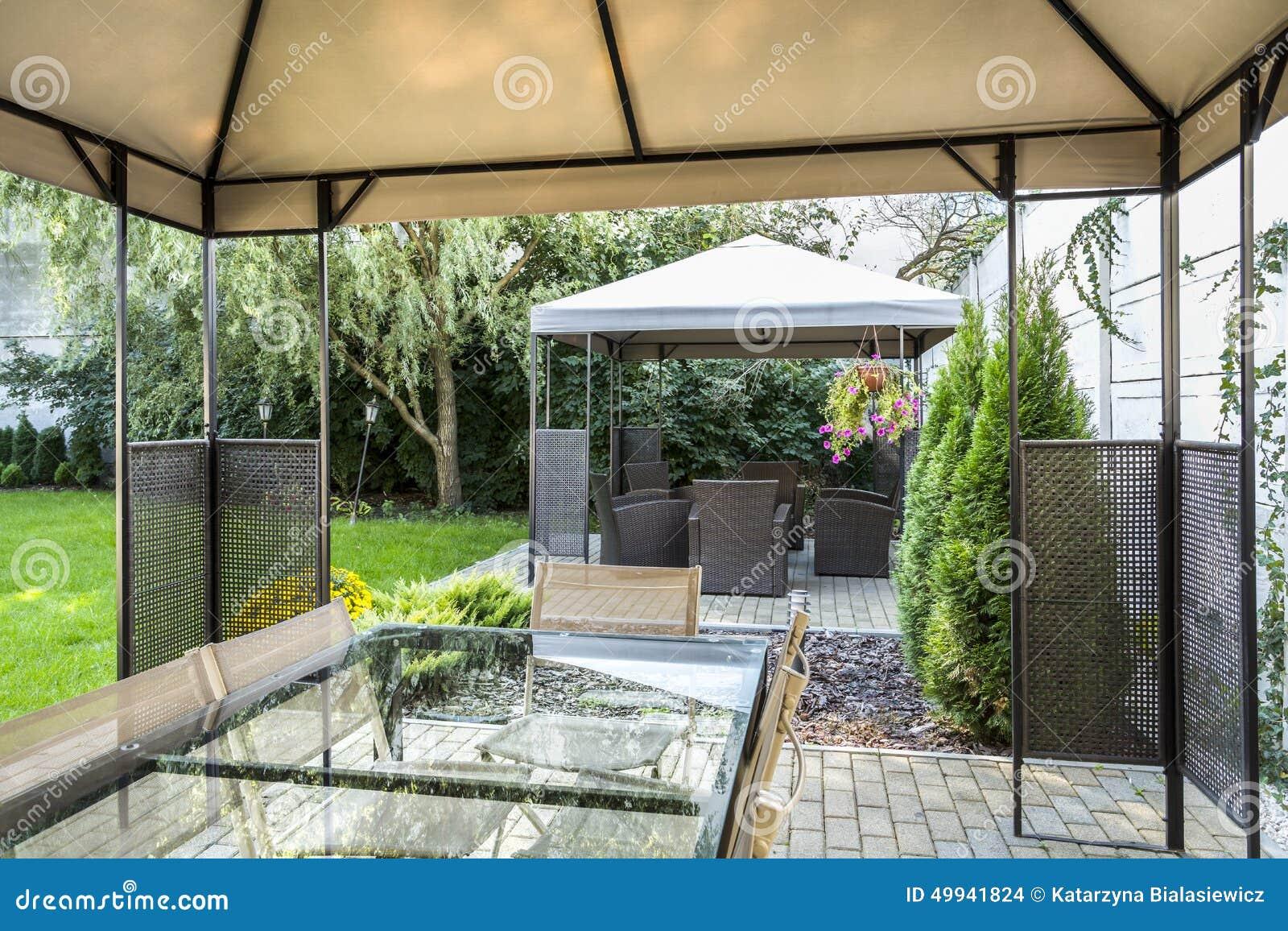 Modern terras in de tuin van het hotel stock foto afbeelding