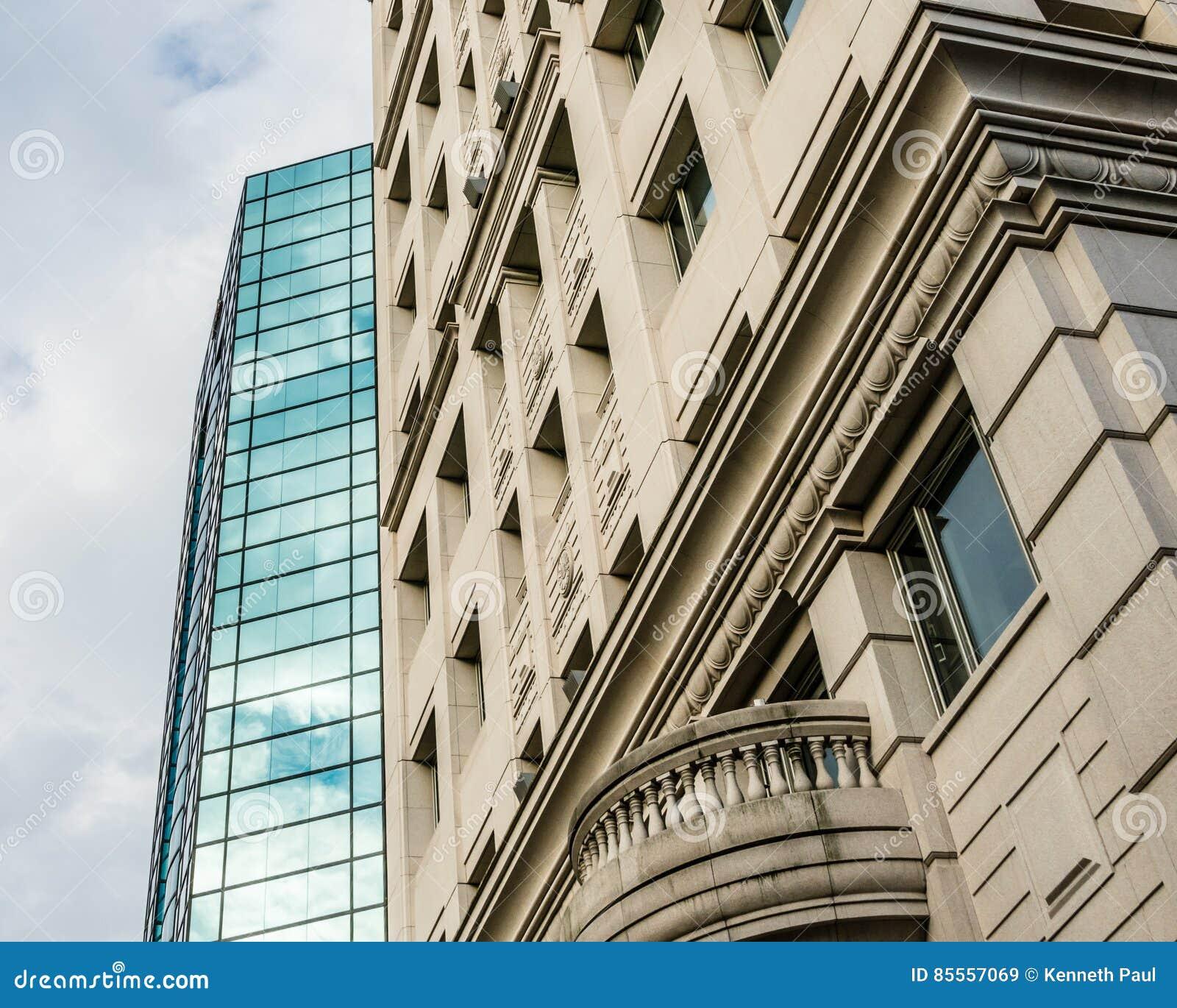 Modern und Altbauten neben einander