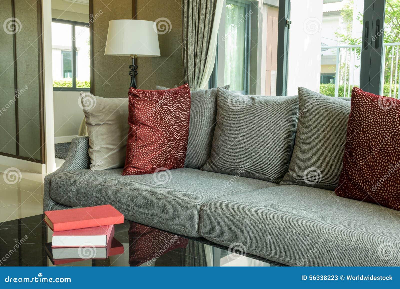 Modern vardagsrum med röda kuddar på soffan arkivfoto   bild: 56338223