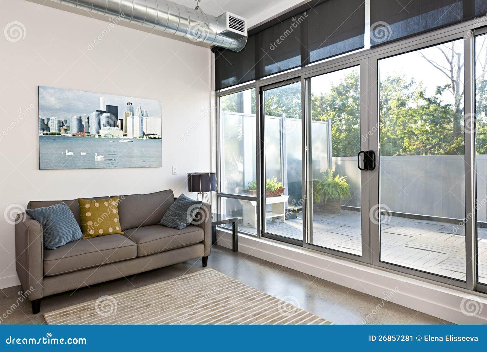 Modern vardagsrum och balkong