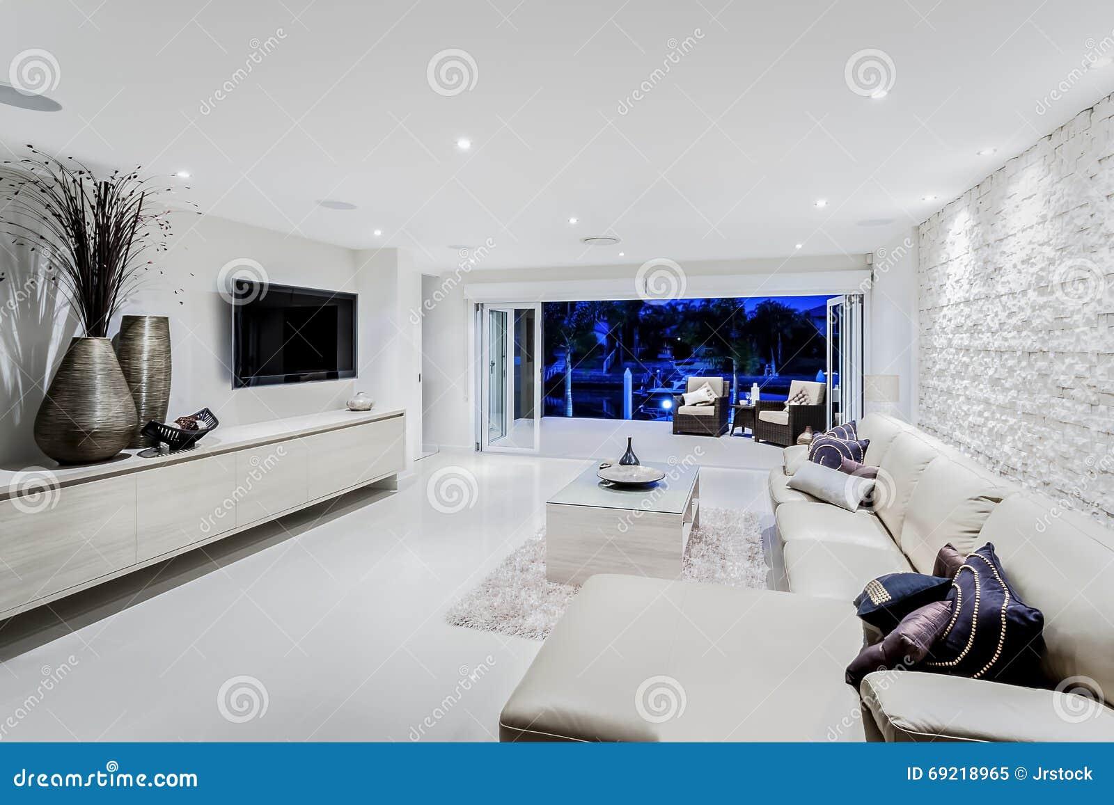 Modern vardagsrum på natten med soffor och kuddar