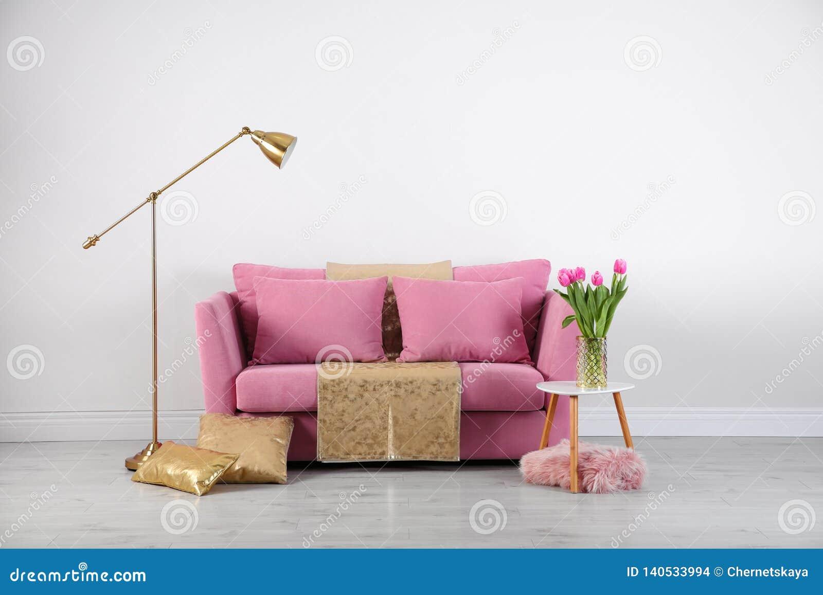 Modern vardagsruminre med den stilfulla rosa soffan