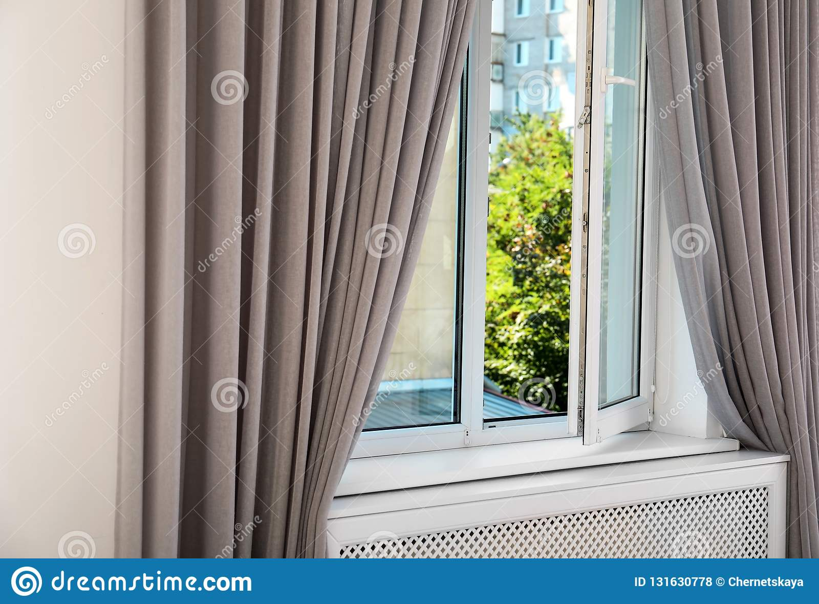 Modern venster met gordijnen in ruimte Het binnenland van het huis