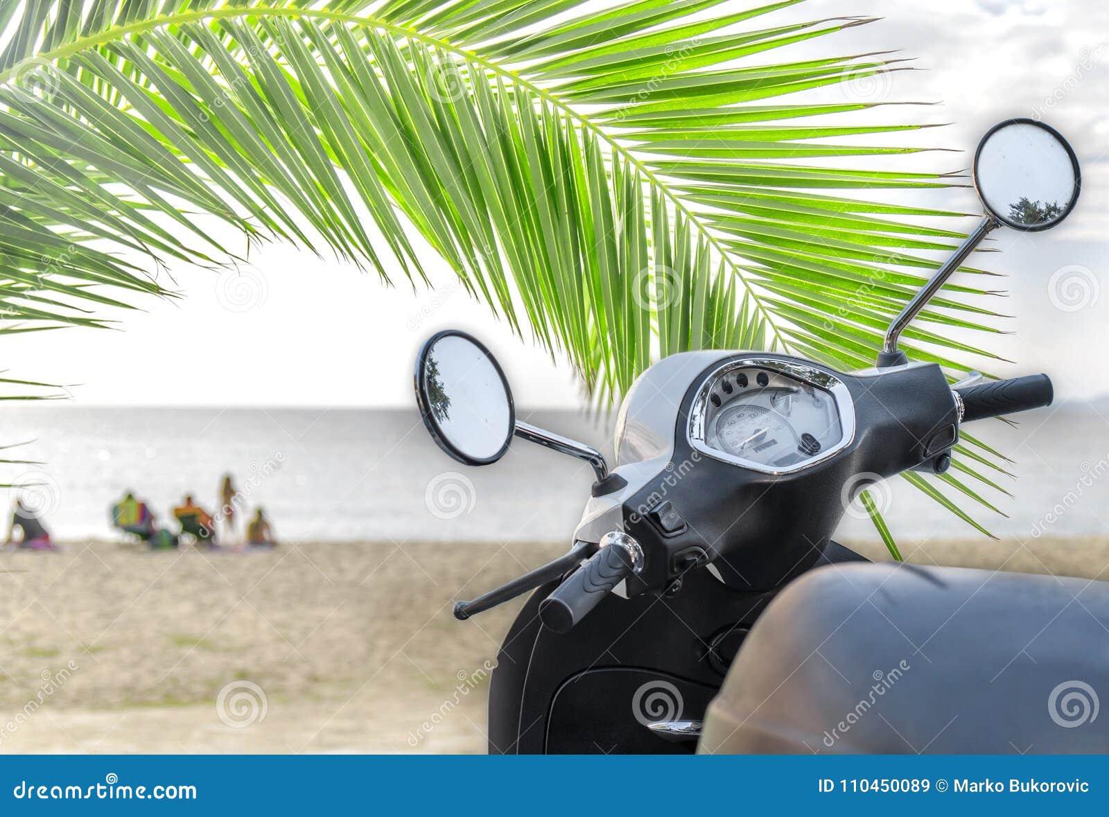 Modern vit skinande motorcykel för trans. med stranden