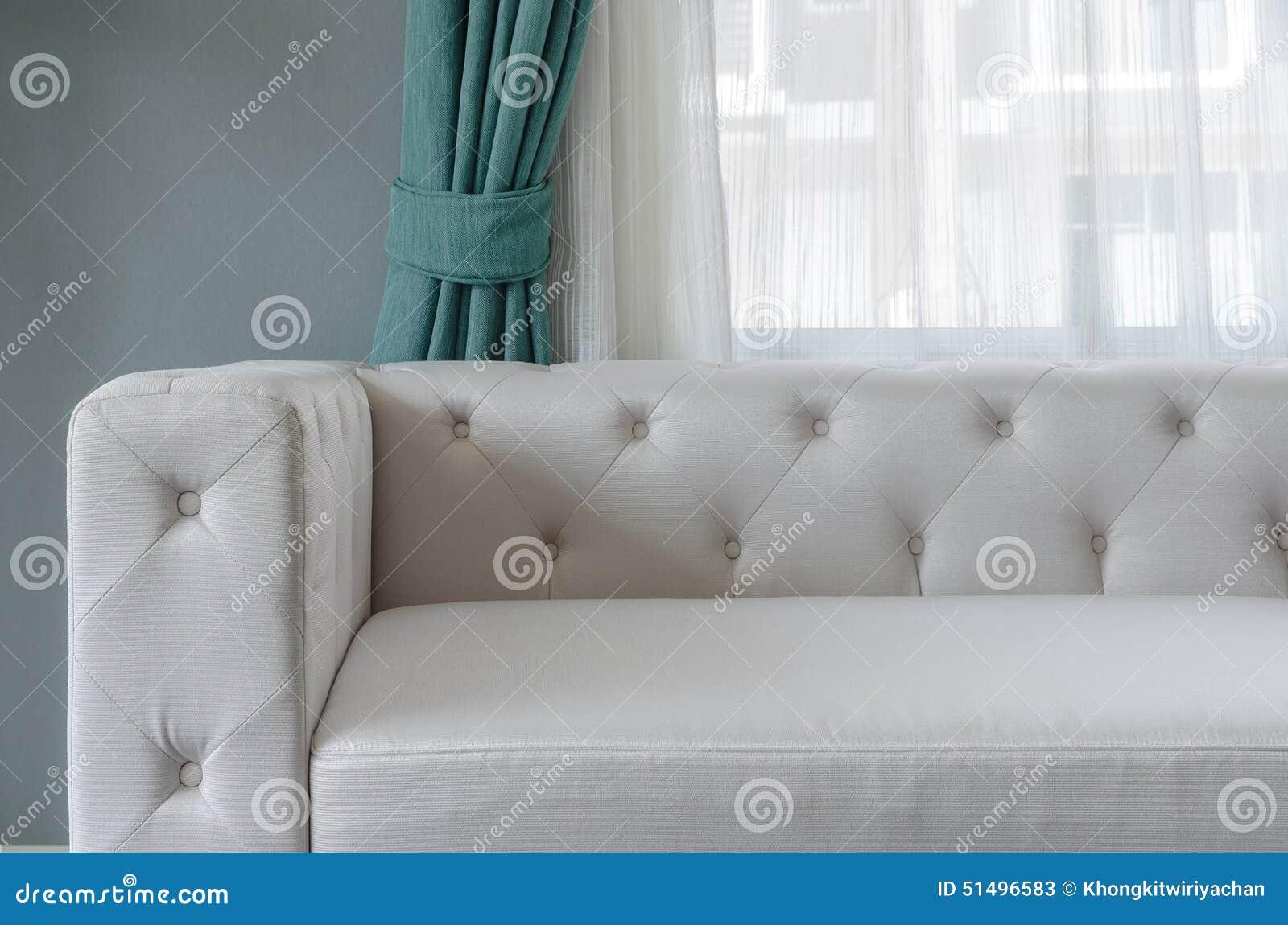 Modern vit soffa med den gröna väggen och gardinen i vardagsrum ...