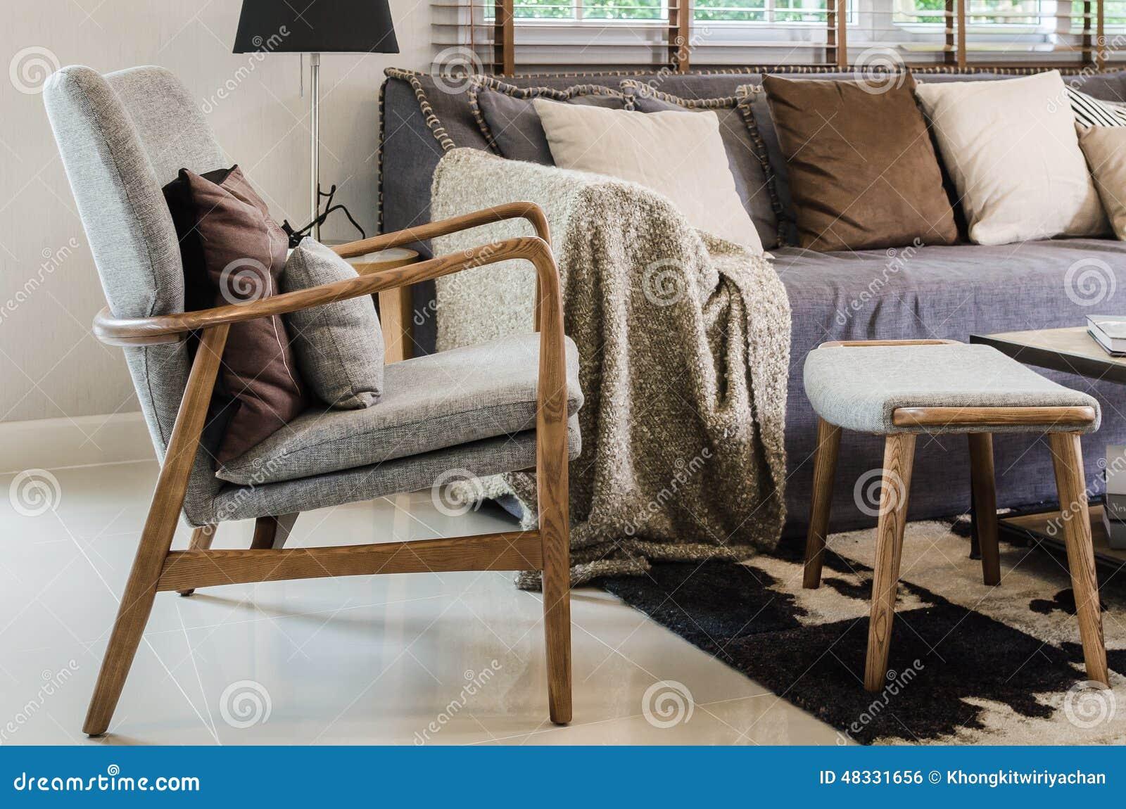 Modern wood stol med kudden i vardagsrum arkivfoto   bild: 48331656