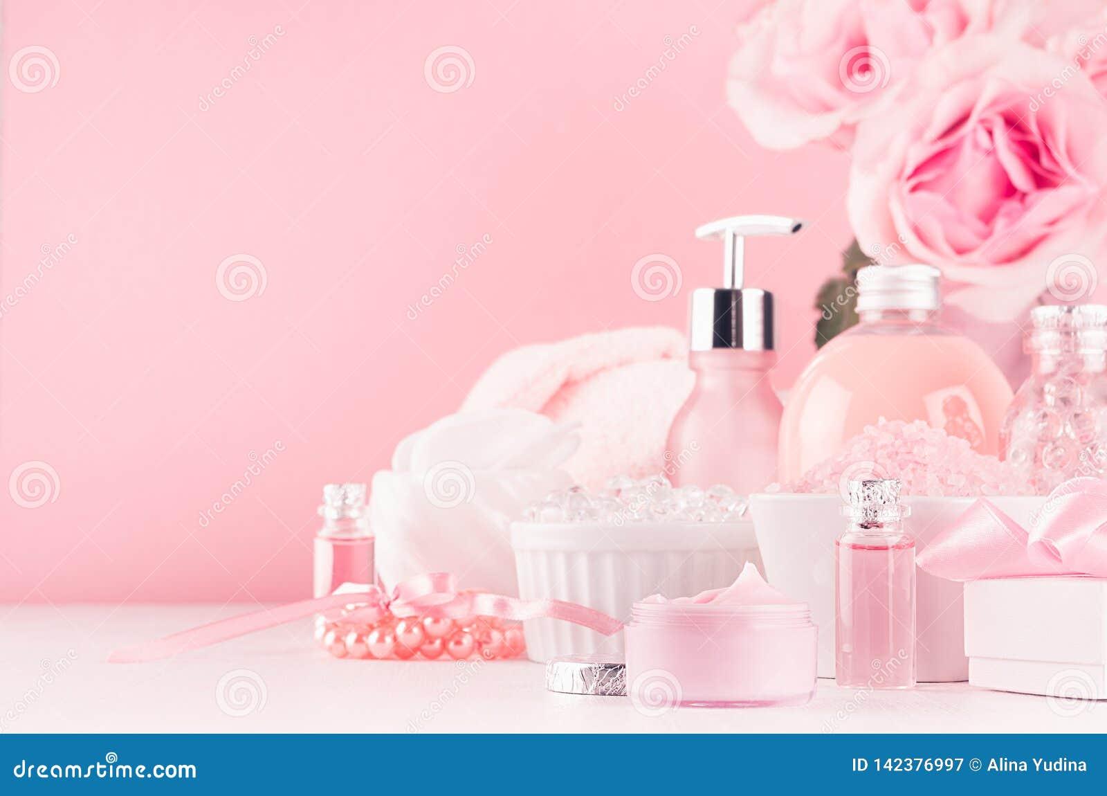 Modern zacht meisjesachtig badkamersdecor - schoonheidsmiddelen voor bad en kuuroord, boeket van rozen, badtoebehoren, juwelen op