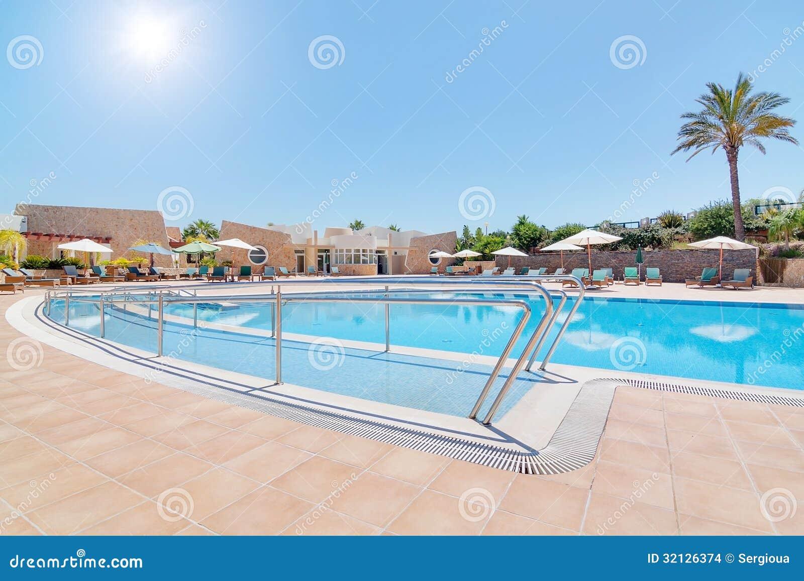 Modern zwembad en een spoor voor de gehandicapten in de zomer stock afbeeldingen afbeelding for Modern zwembad
