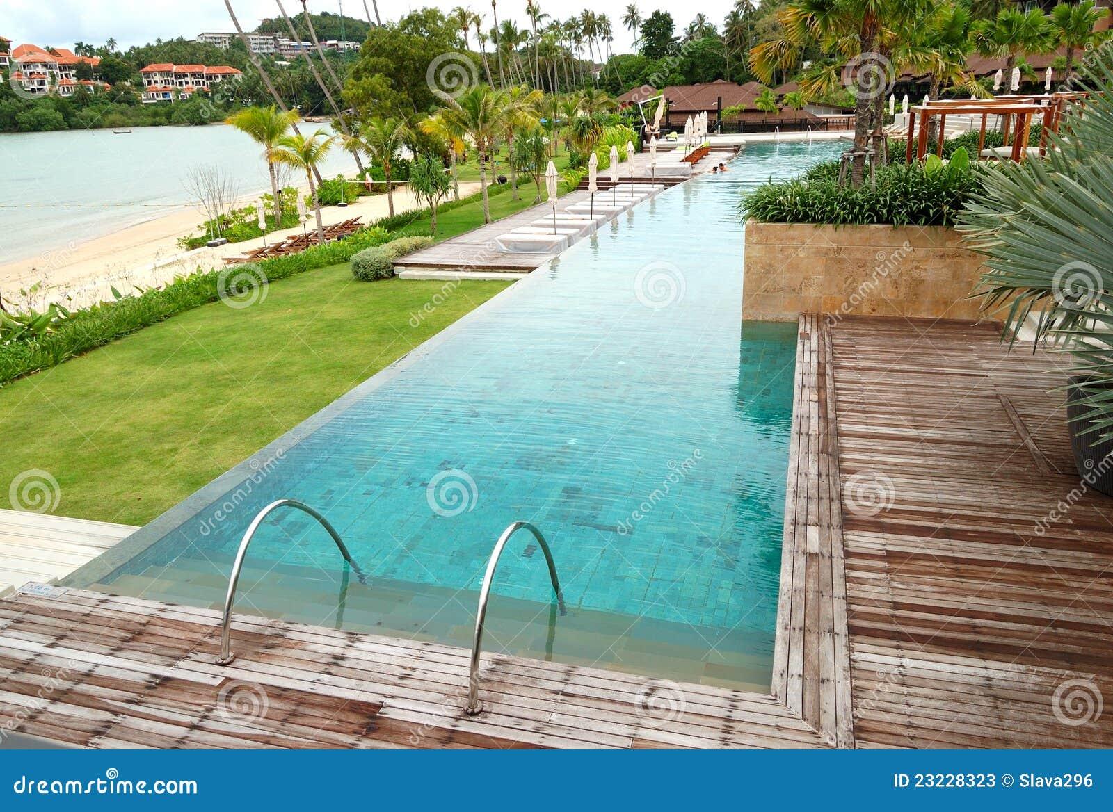 Modern zwembad met een strandmening stock foto 39 s afbeelding 23228323 for Modern zwembad