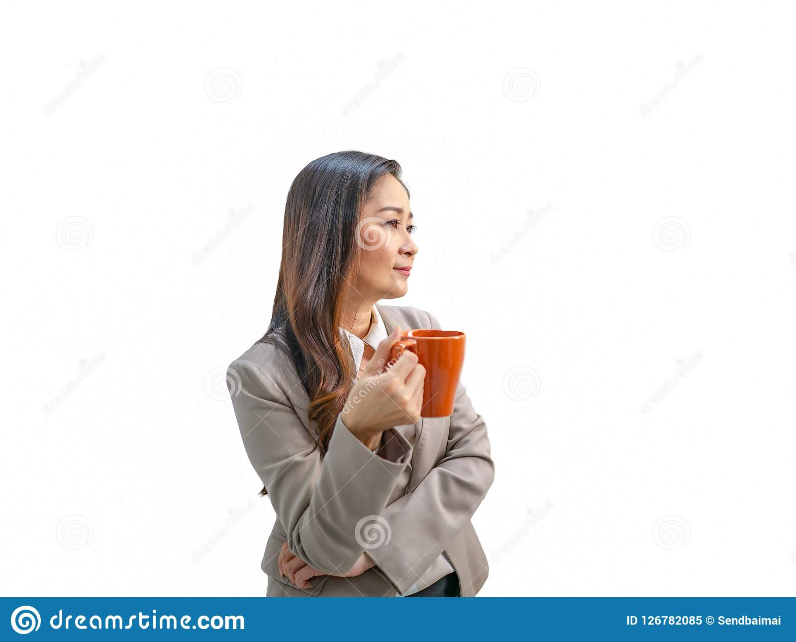 Moderna affärskvinnor rymmer hennes kaffekopp eller rånar på isolerad bac