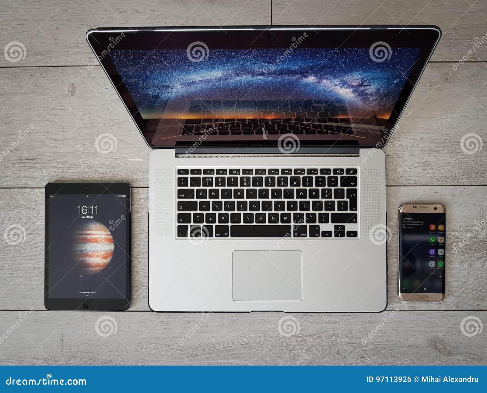 Moderna apparater, smartphone, iPad, bärbar dator, grå bakgrund, flyg- sikt