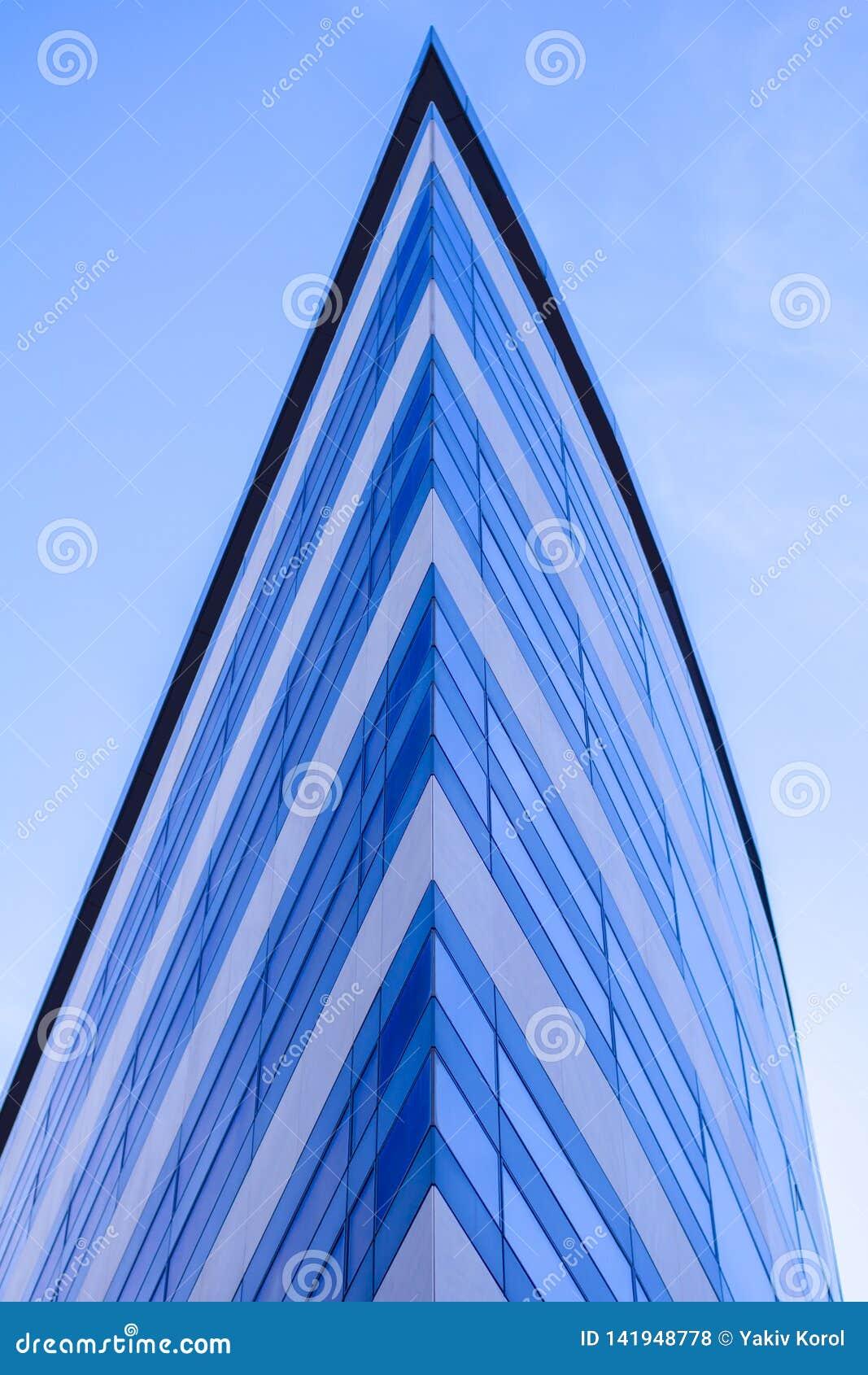 Moderna glass byggnadsskyskrapor med blå reflexion för molnig himmel Bakgrund för affärsområde