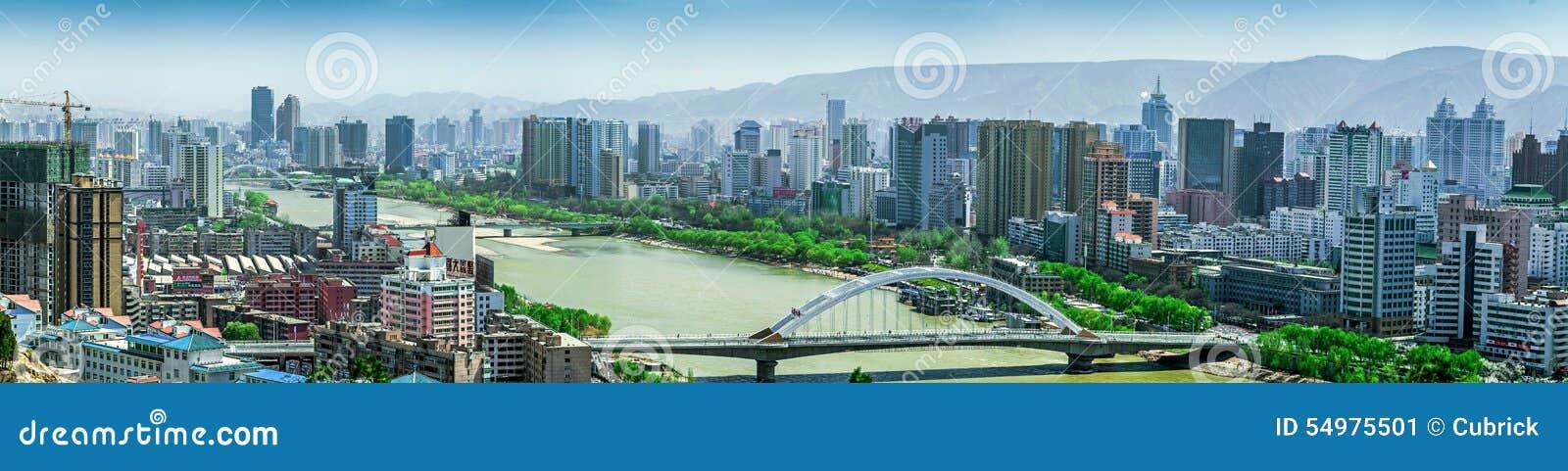 Moderna höghus som konstrueras på den södra banken av Yellowet River (Huang He) på Lanzhou, Gansu landskap, Kina