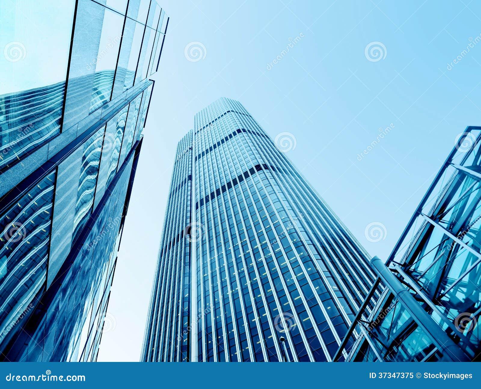 Moderna kontorsbyggnader från sikt för låg vinkel