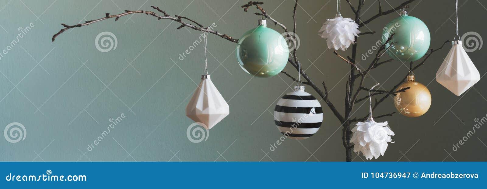 Moderna och eleganta enkla nordiska garneringar för julträd i svart, vit, guld och turkos