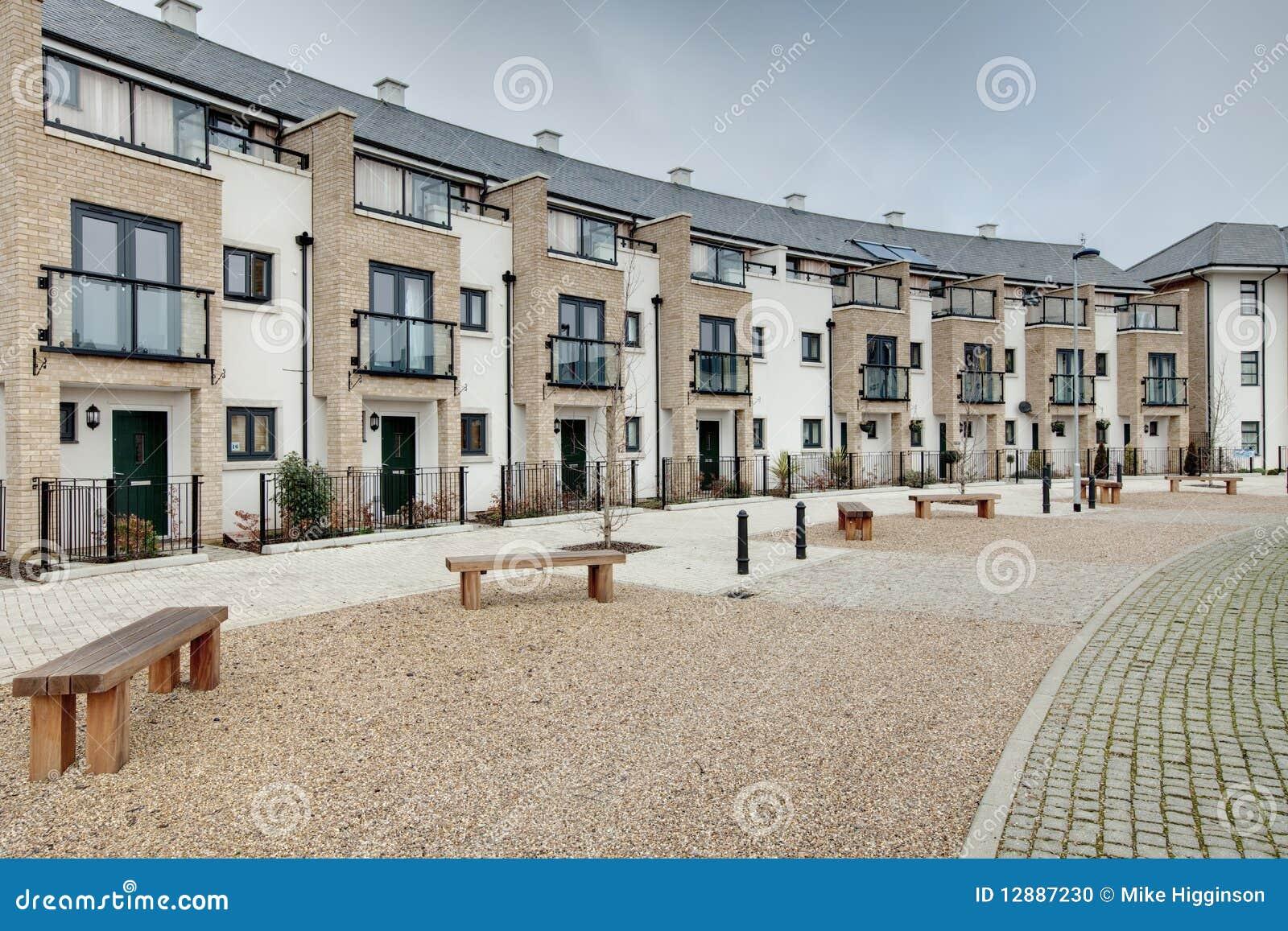 Moderna townhouses för lägenhethalvmånformig