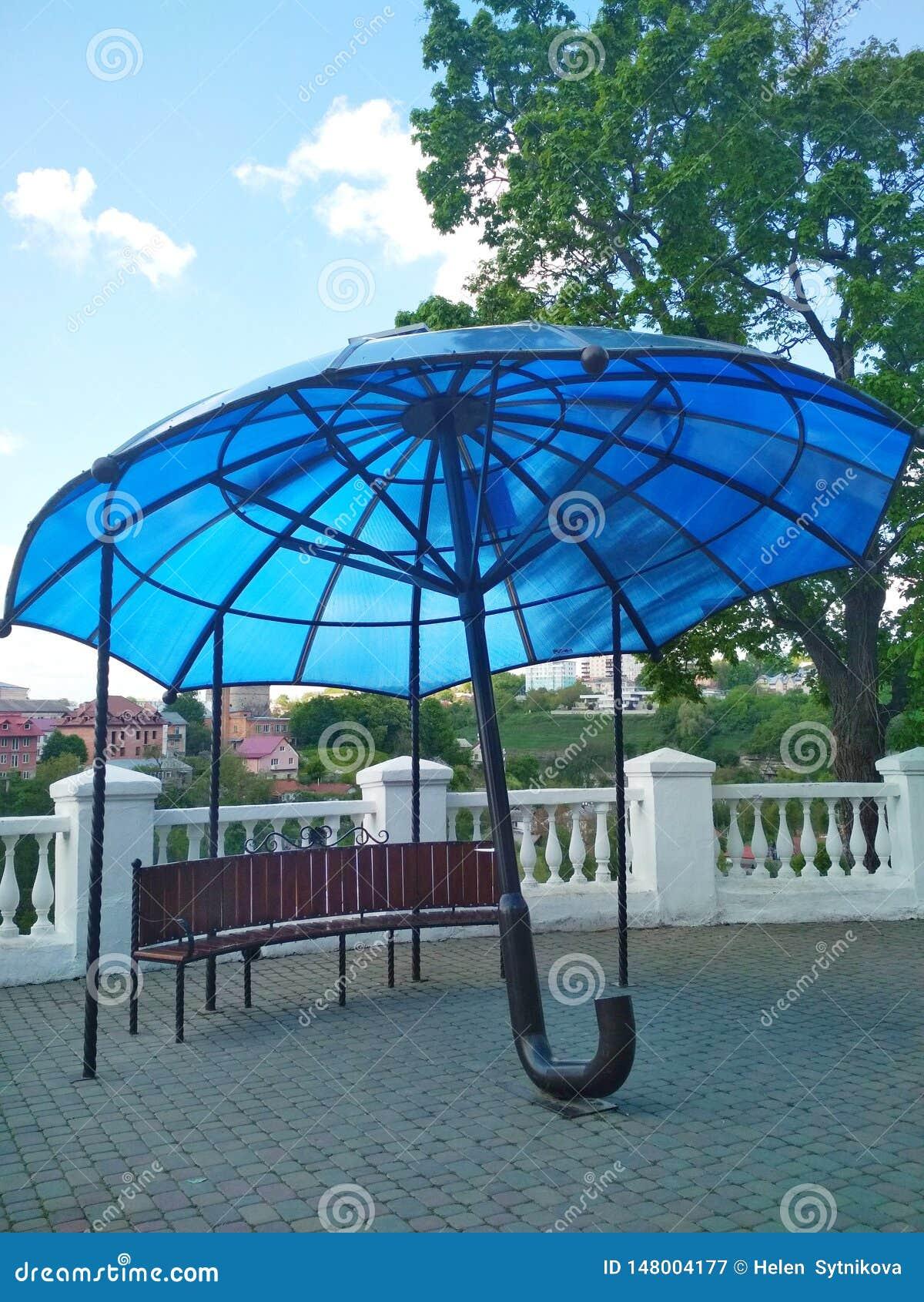 Moderne architectuur, blauwe paraplu, kamenets-Podolsky, de Oekra?ne