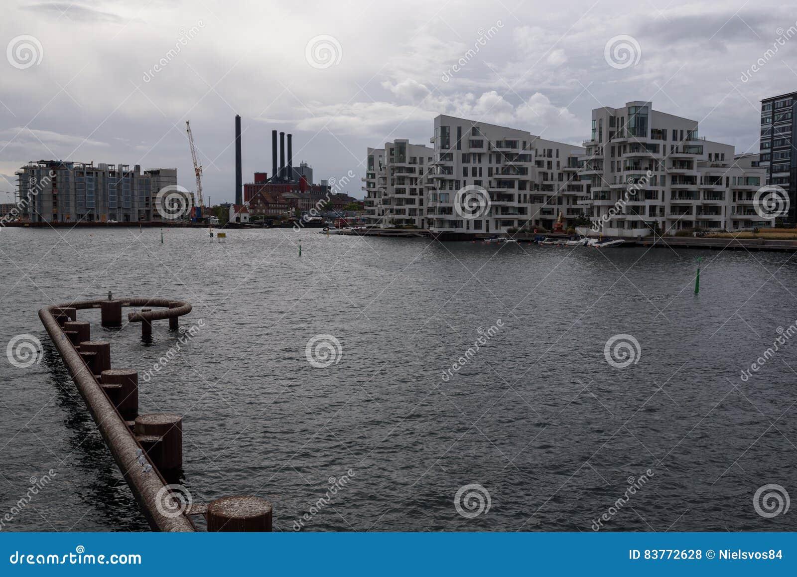 moderne architectuur dichtbij het water in kopenhagen stock foto afbeelding 83772628. Black Bedroom Furniture Sets. Home Design Ideas