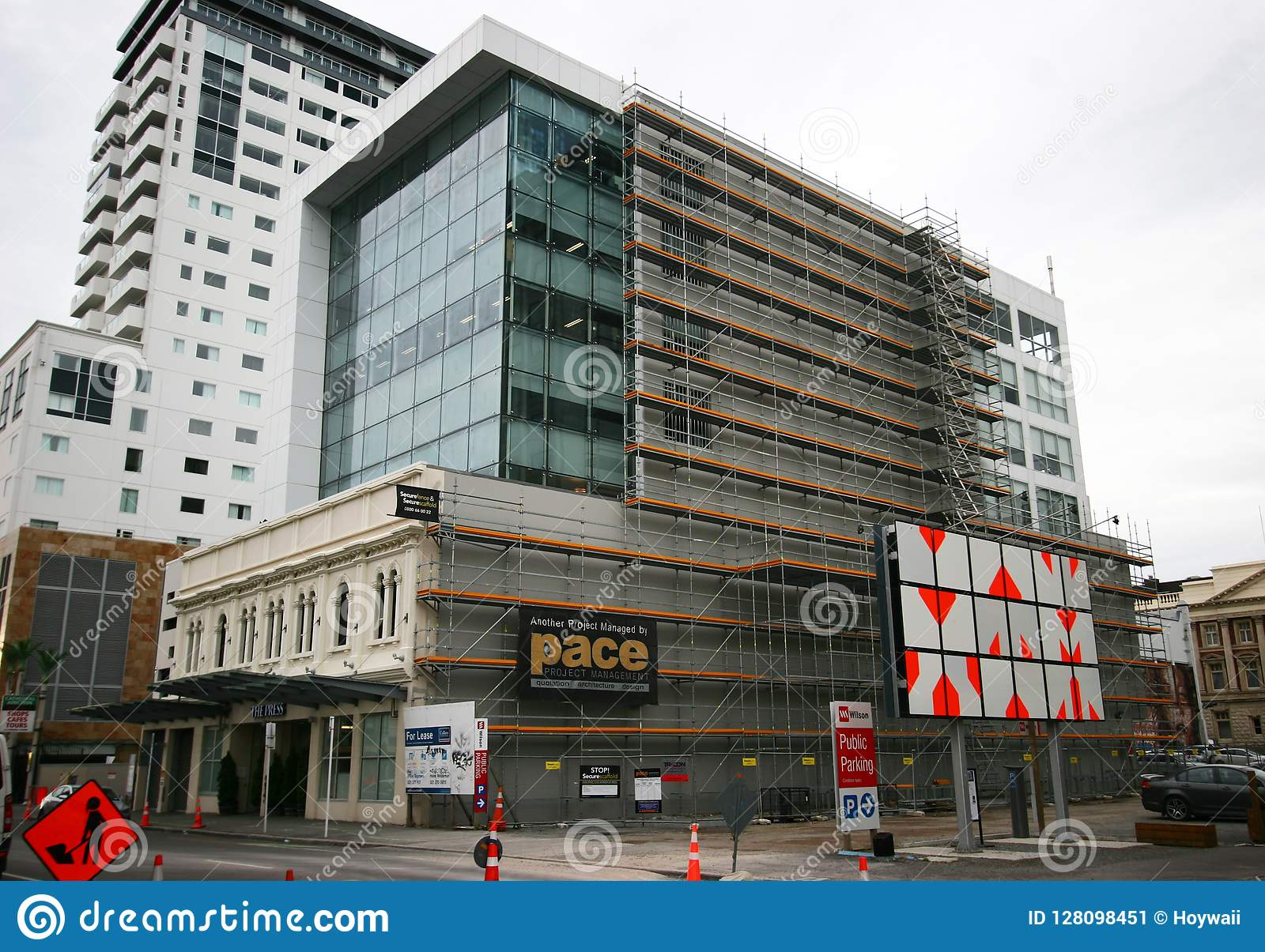 Moderne architektonische mehrstöckige Büroturmerweiterung fügte vorhandenem altem historischem Erbgebäude, Christchurch, Neuseela