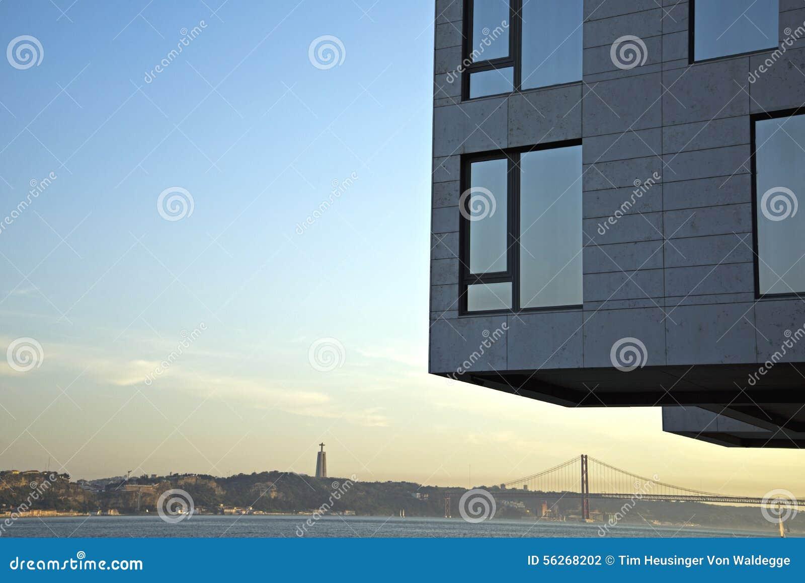 Moderne architektur in tejo fluss lissabon portugal for Architektur lissabon